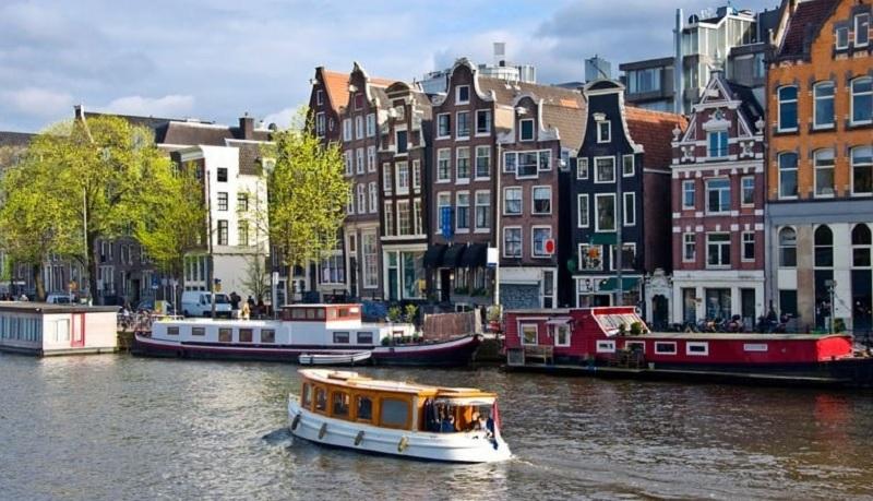 Barcos no canal em Amsterdã