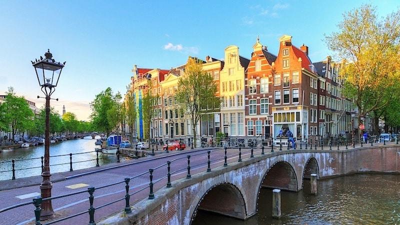 Canal no bairro Jordaan em Amsterdã