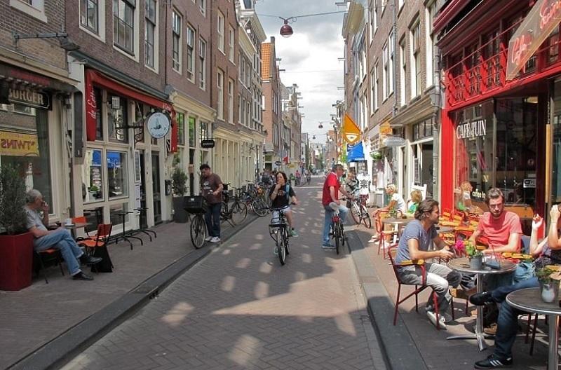 Rua no bairro Jordaan em Amsterdã