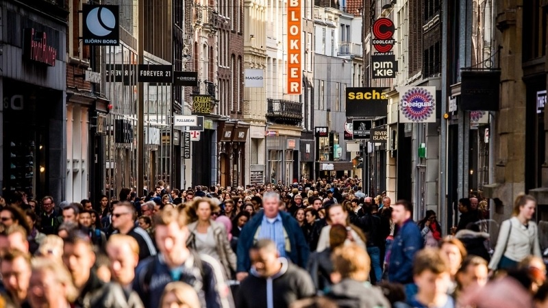 Compras na rua Kalverstraat em Amsterdã
