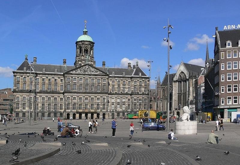 Edifícios históricos na Praça Dam em Amsterdã