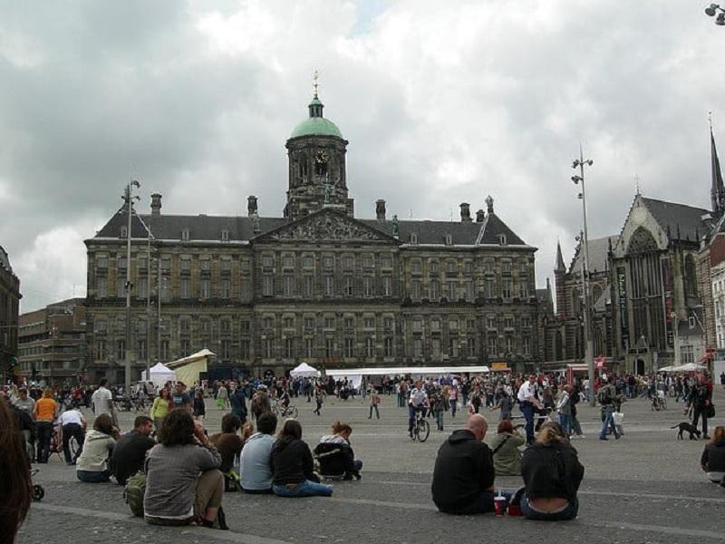 Pessoas na Praça Dam em Amsterdã