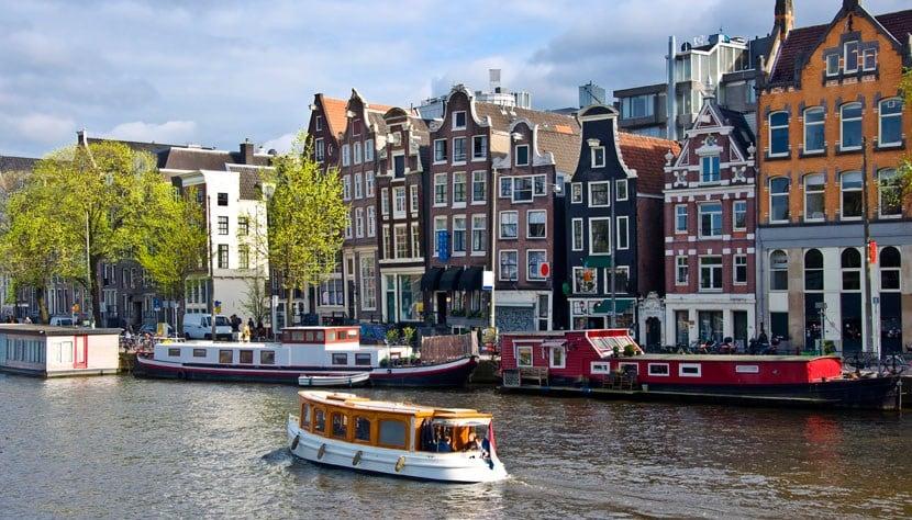 Barco no canal de Amsterdã
