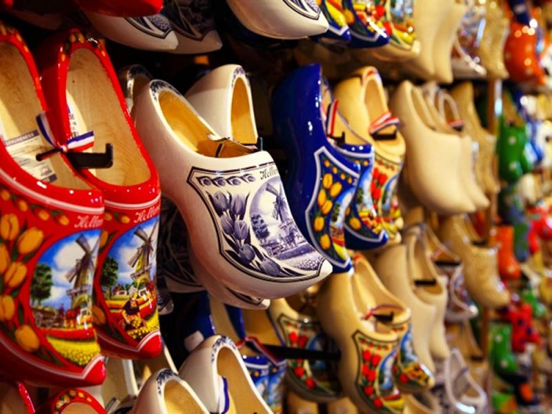Tradicionais tamancos holandeses em Amsterdã