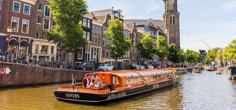 Cruzeiro pelo canal de Amsterdã