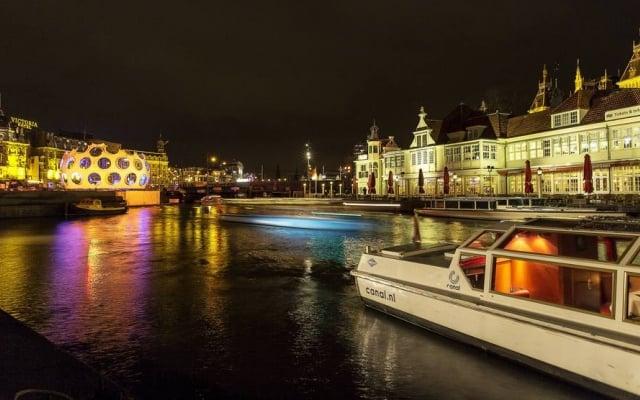 Passeio de barco à noite em Amsterdã na Holanda