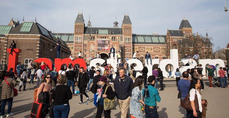 Pessoas andando em Amsterdã