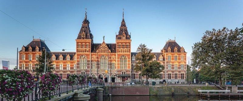 Rijksmuseum na praça dos Museus em Amsterdã