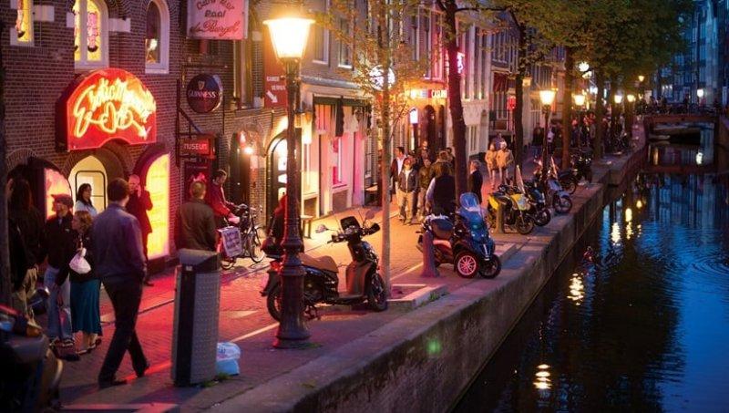 Lojas de lembrancinhas no Red Light District em Amsterdã