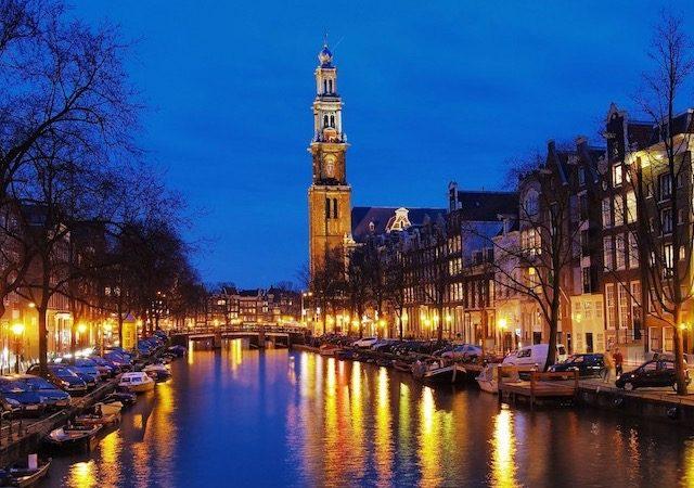 Vista do canal de Amsterdã à noite