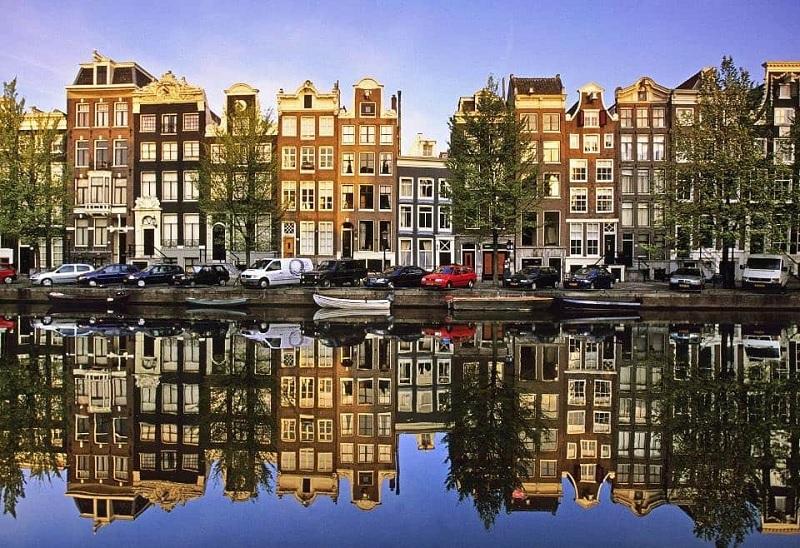 Canal e tradicionais casas de Amsterdã