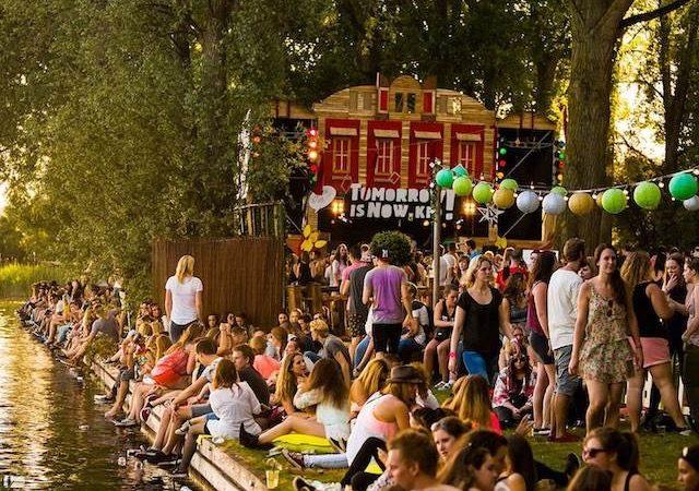 Pessoas no verão em Amsterdã