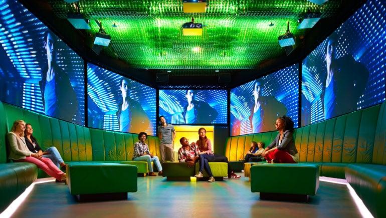 Visitantes na Heineken Experience em Amsterdã