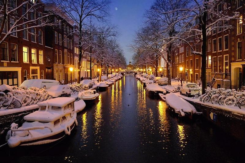 Canal no inverno em Amsterdã