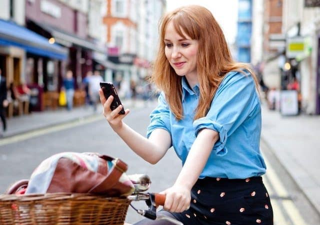 Mulher usando o celular na Holanda