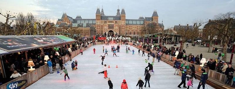 Patinação no gelo na Praça dos Museus em Amsterdã