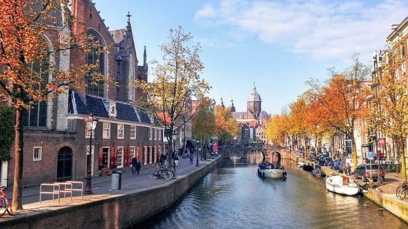 Vista do canal de Amsterdã no outono