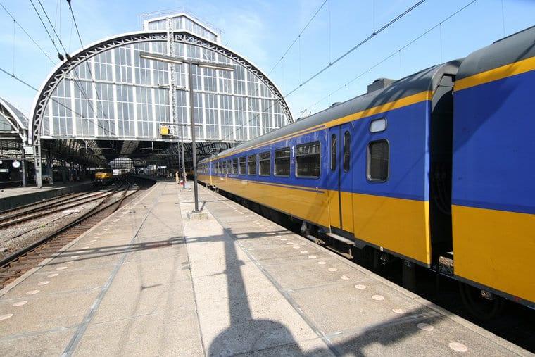 Trem na estação em Amsterdã