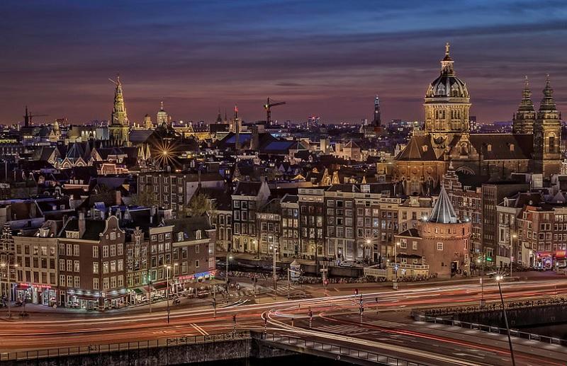 Vista de Amsterdã ao anoitecer