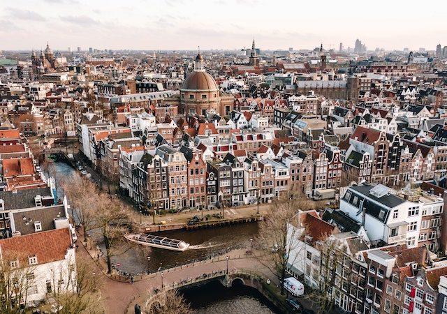 Vista da cidade de Amsterdã no inverno