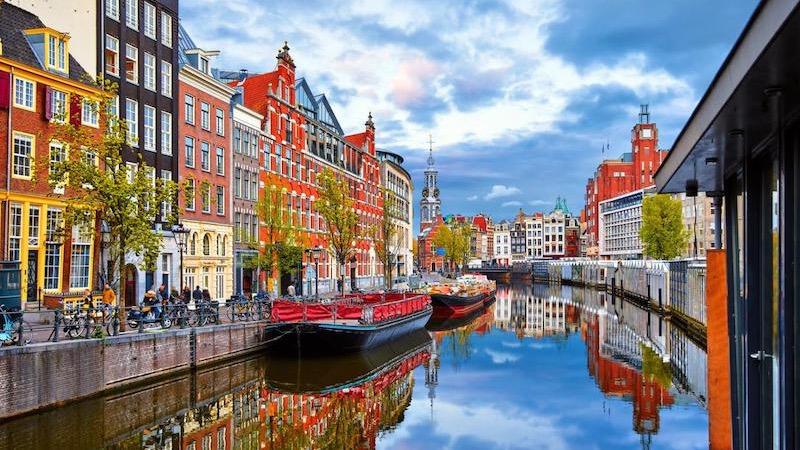 Casas e canal em Amsterdã