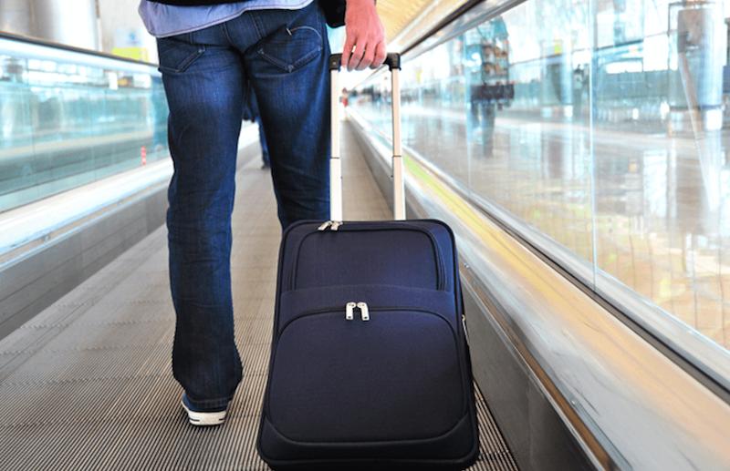 Passageiro levando bagagem de mão