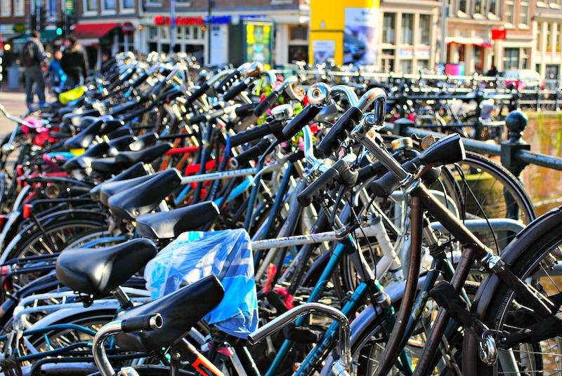 Fila de bicicletas em Amsterdã